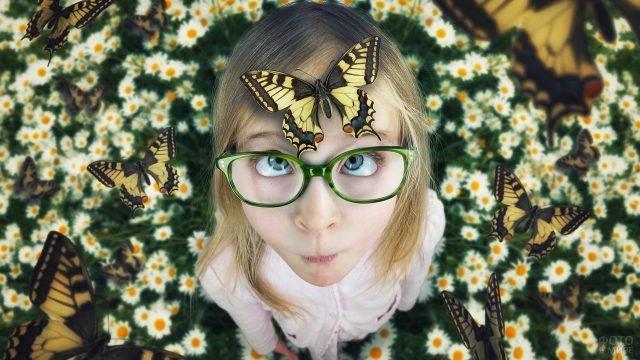 Девочка в очках и бабочки