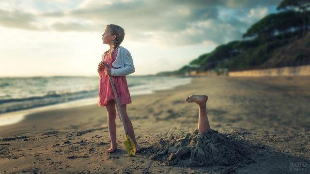 Девочка закопала сестру в песок