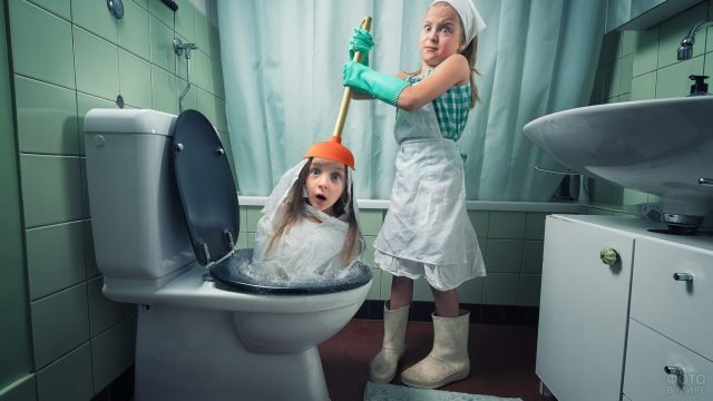 Девочки чистят унитаз
