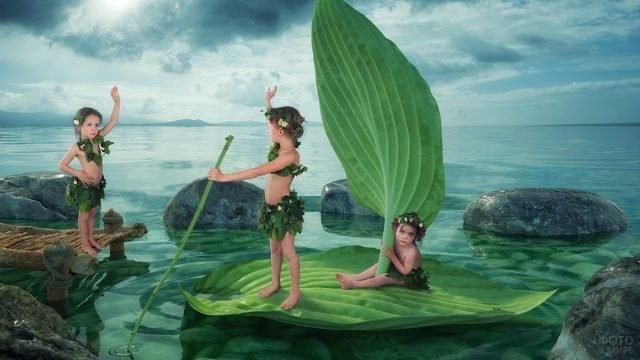 Девочки плавают на листике