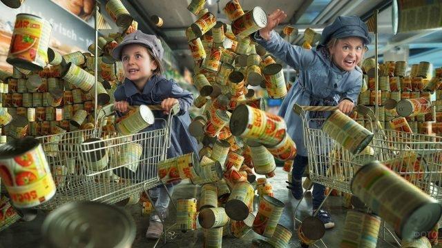 Девочки в супермаркете разбомбили стеллажи с консервами