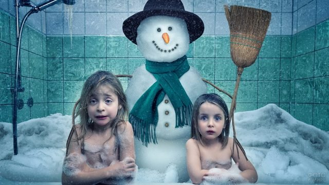 Девочки в ванне со снегом и снеговиком