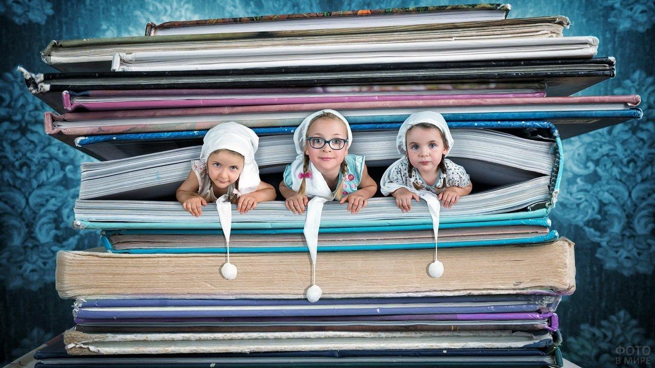 Девочки выглядывают из страниц гигантской книги