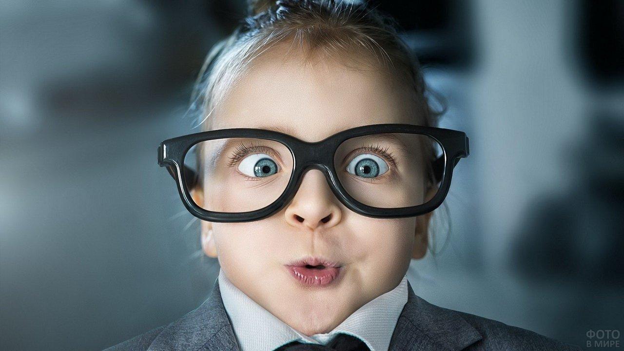 Смешная девочка в больших очках