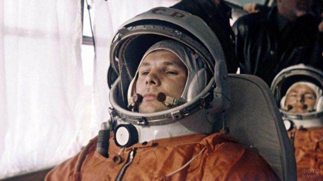 Архивное фото Юрия Гагарина в скафандре перед стартом