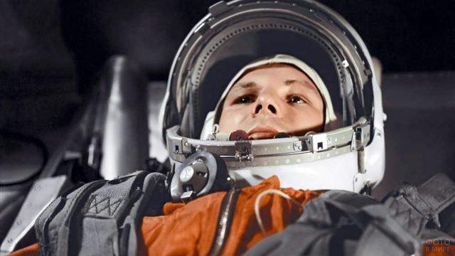Юрий Алексеевич Гагарин в кабине космического корабля