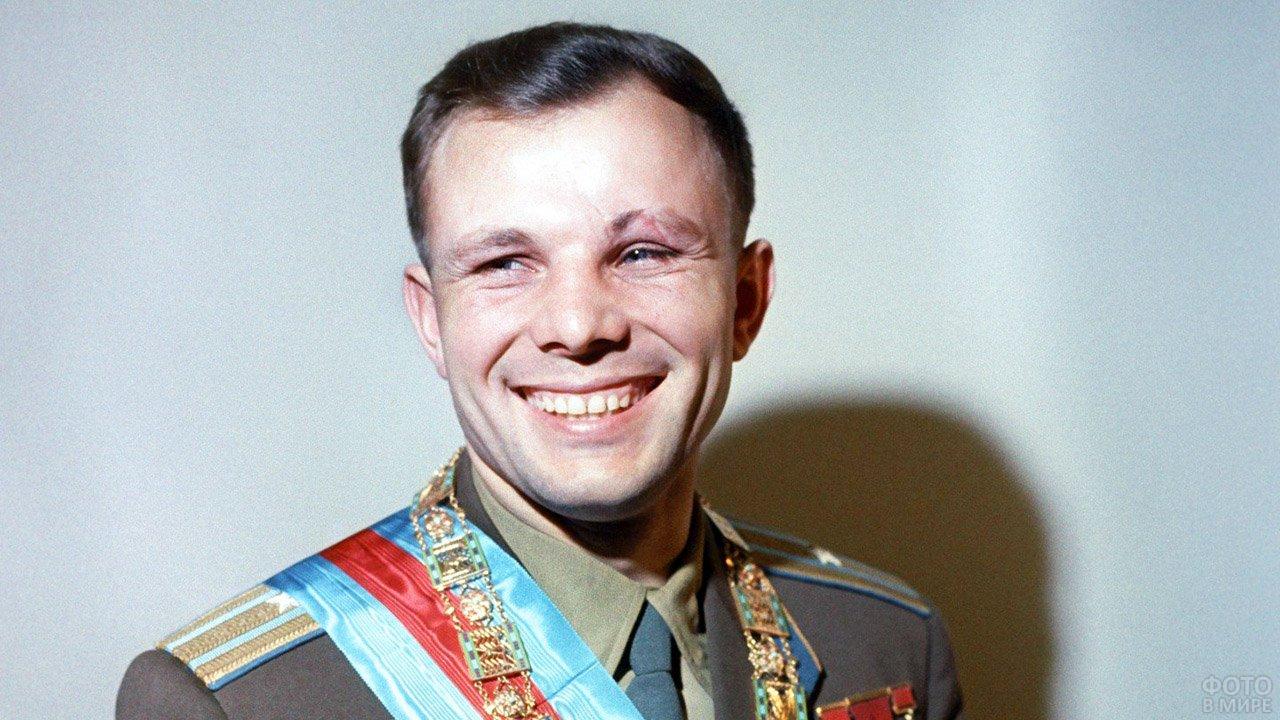 Юрий Гагарин в парадной форме с орденами