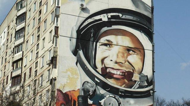 Картина с изображением Гагарина на стене многоэтажки