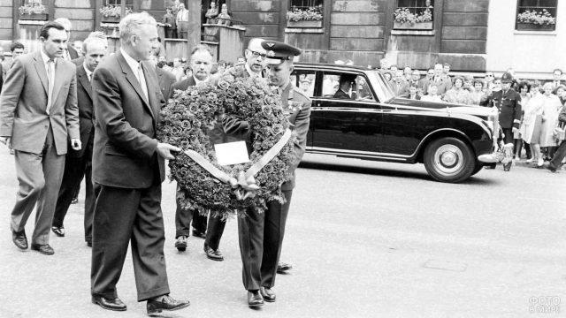 Космонавт Юрий Гагарин в Лондоне среди офицальных лиц с венком у машины