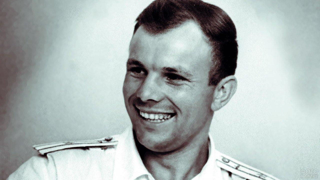 Улыбающийся Юрий Гагарин на фото летом 1961 года