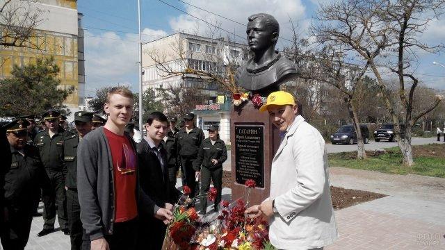 Возложение цветов у бюста Юрия Гагарина