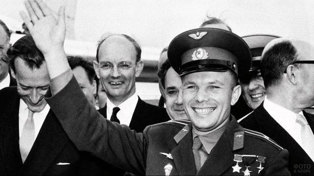 Встреча Юрия Гагарина в составе официальной делегации в иностранном аэропорту