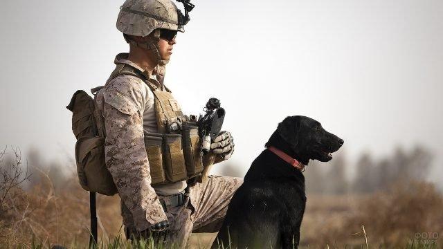 Американский солдат с чёрной собакой