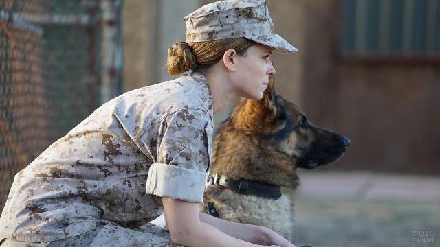 Девушка в военной форме и овчарка