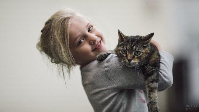 Девочка держит на плече зеленоглазого котика
