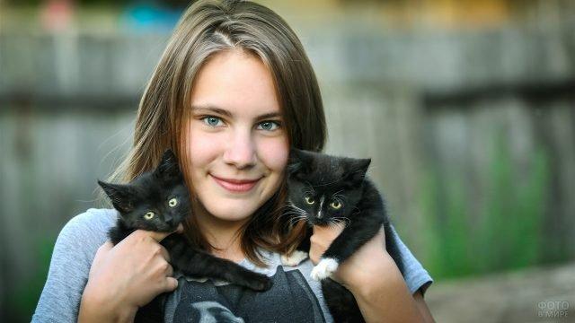 Девочка с двумя чёрными котятами