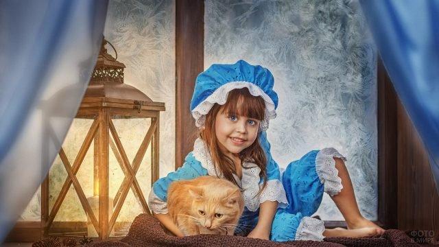 Девочка в голубой пижамке с рыжим котом