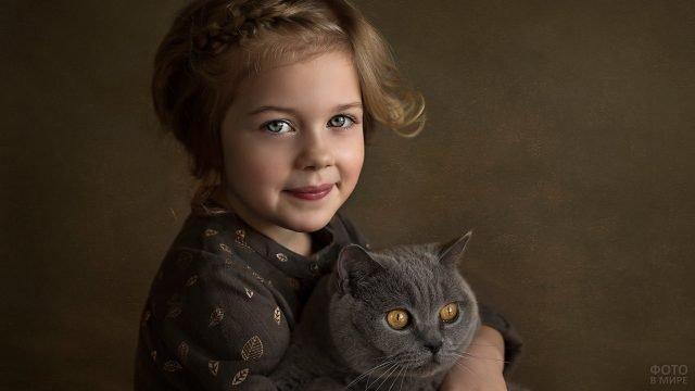 Улыбчивая девочка с серым котом