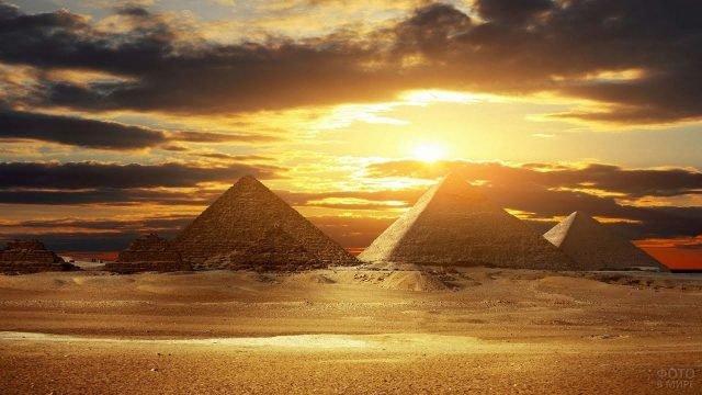 Египетские пирамиды на закате