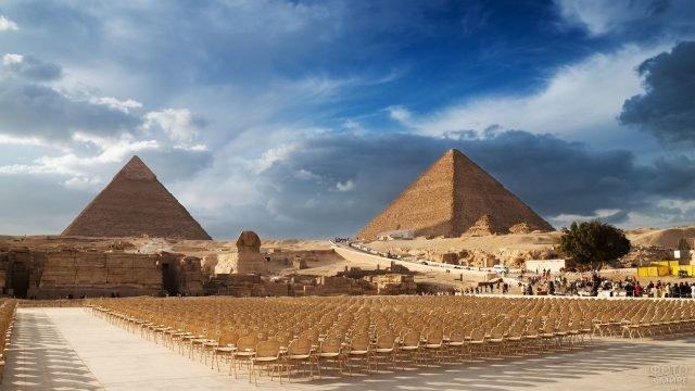 Много посадочных мест перед великими пирамидами