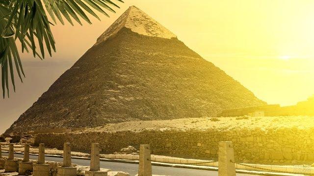 Неописуемая красота пирамиды в лучах солнца
