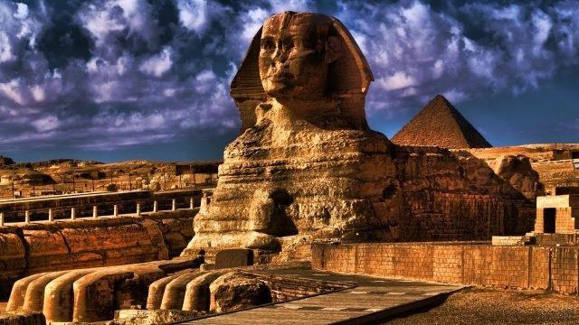 Пирамида позади величественного сфинкса