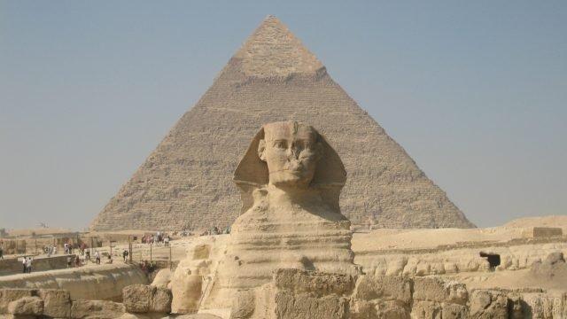 Сфинкс на фоне пирамиды в Гизе