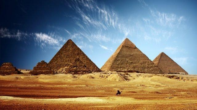 Три величественные пирамиды, возвышающиеся к небу