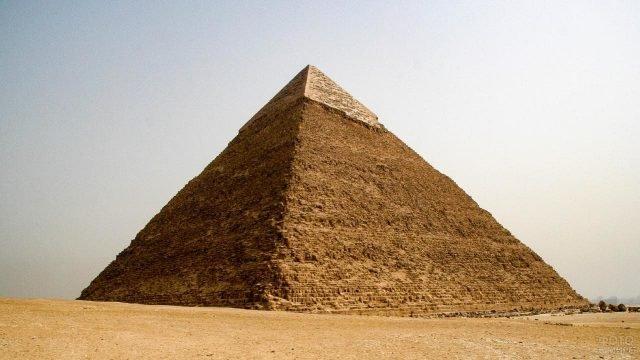 Величественная пирамида возвышается над землёй