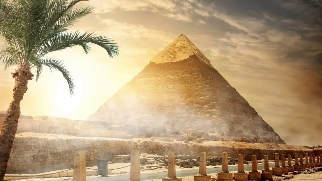 Вид на пирамиду с набережной