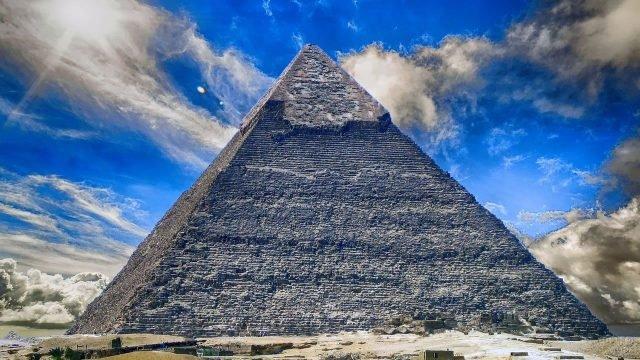 Завораживающая пирамида и чудесное небо