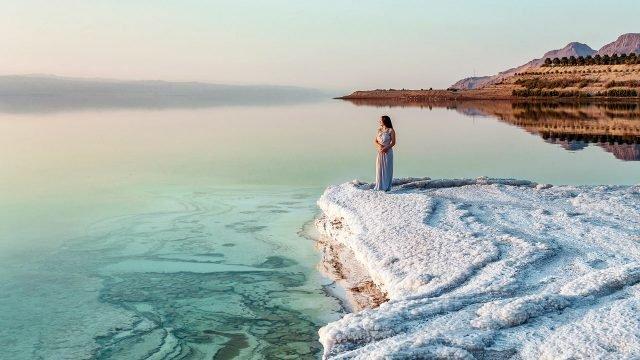 Девушка у Мёртвого моря на пляже курорта в Иордании