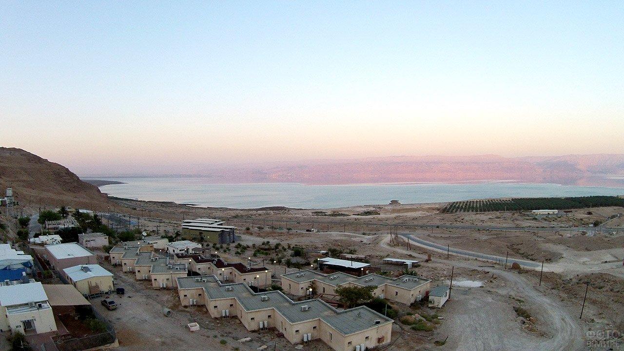 Израильский городок Авнат на берегу вечернего Мёртвого моря