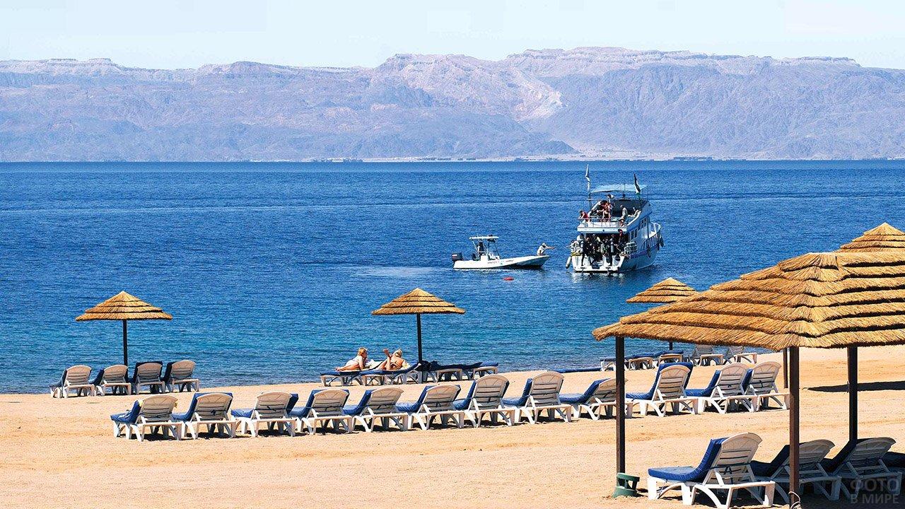Кораблики у пляжа в Иордании на Мёртвом море