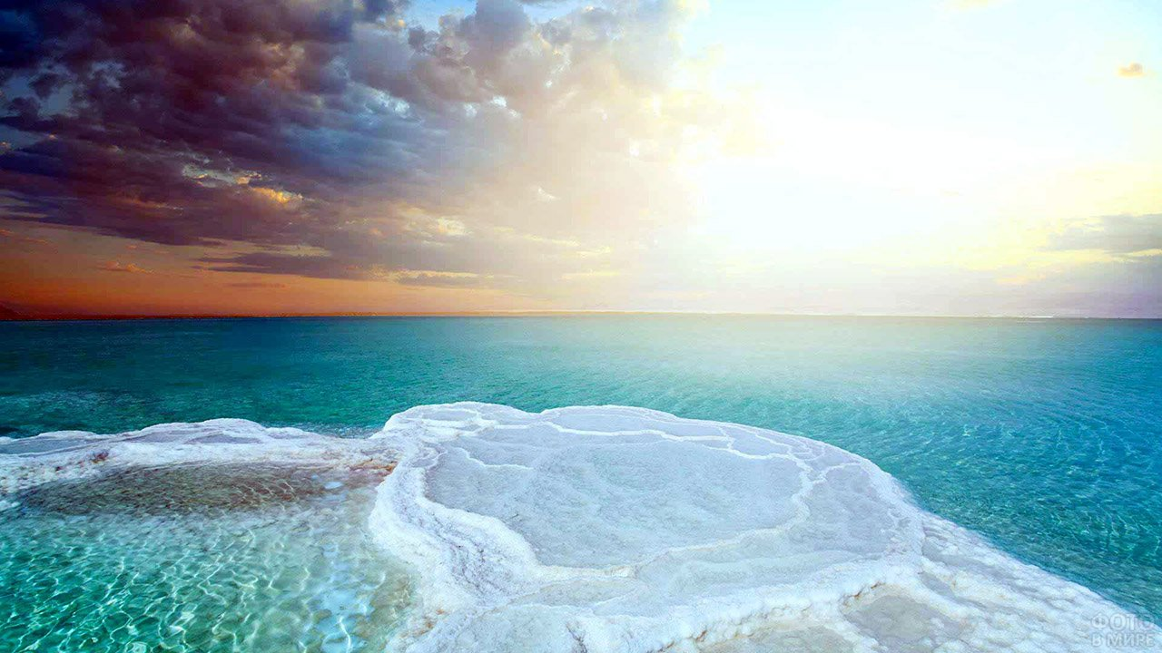Морской пейзаж Мёртвого моря в лучах вечернего солнца