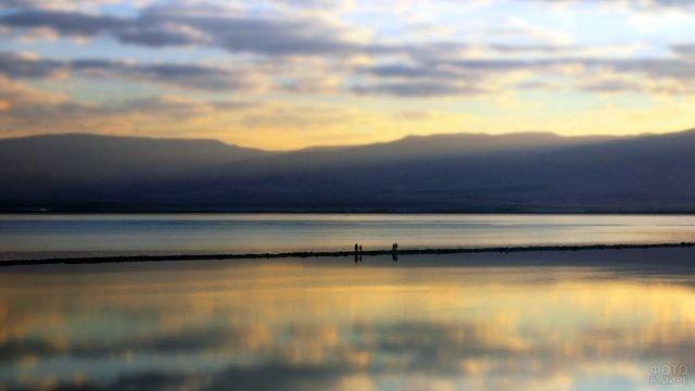 Небо на закате дня над пляжем на Мёртвом море