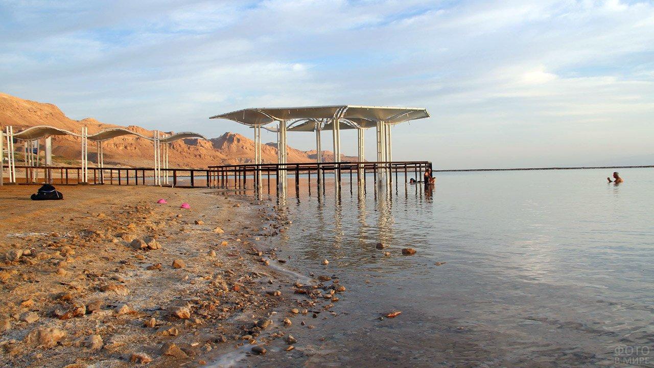 Пирс на пляже Мёртвого моря