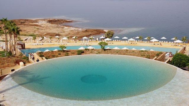 Пляж и бассейн при отеле на берегу Мёртвого моря