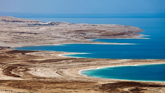 Прибрежный пейзаж Мёртвого моря с высоты птичьего полёта