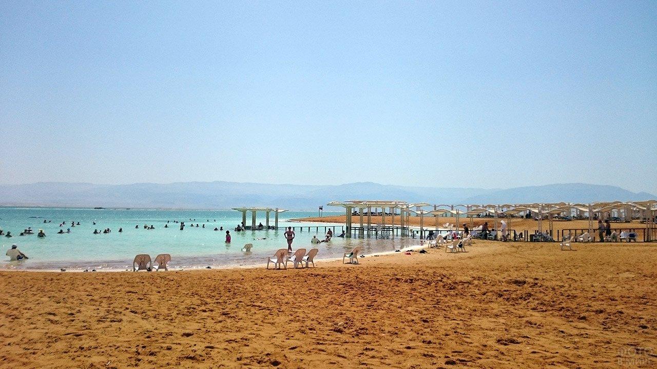 Просторный песчаный пляж на побережье Мёртвого моря