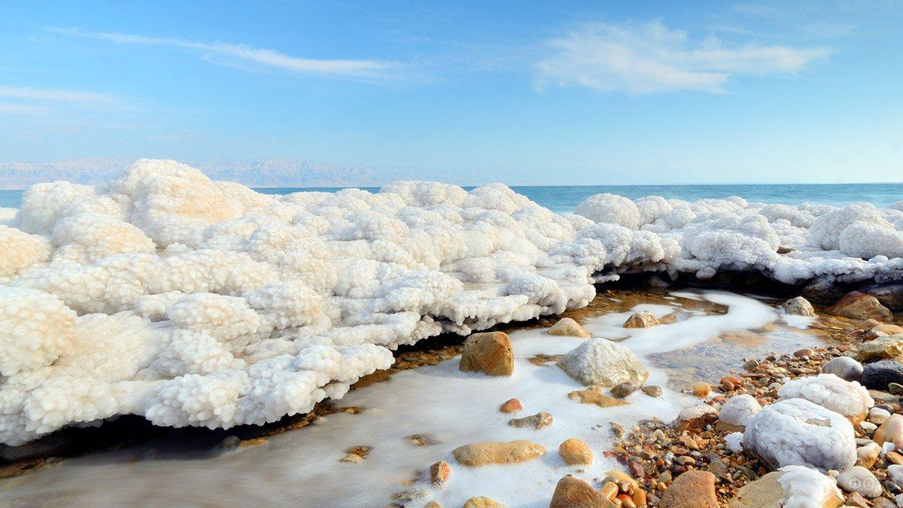 Соляная глыба на пляже Мёртвого моря