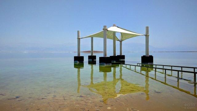 Туристическая беседка на мелководье Мёртвого моря