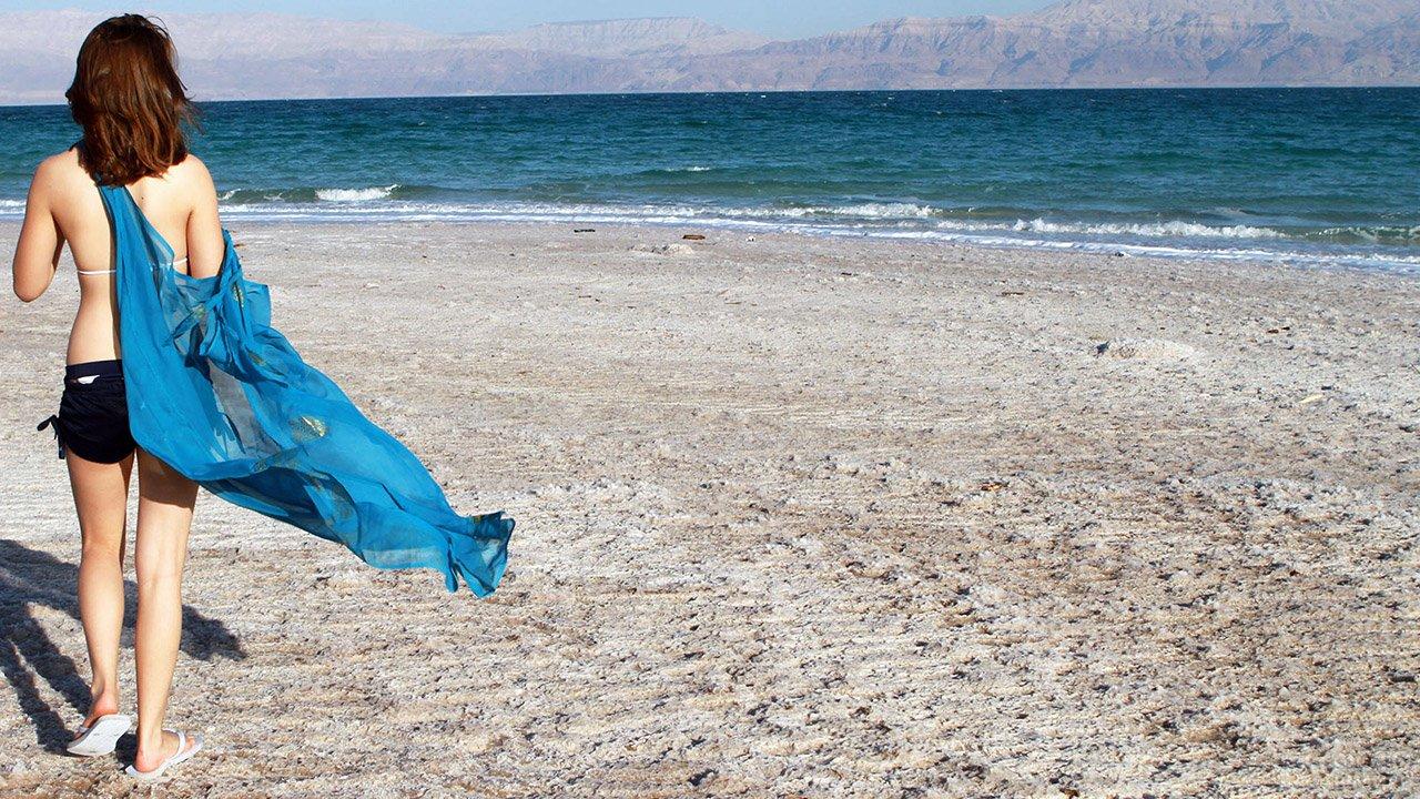 Туристка на пляже Мёртвого моря в Израиле
