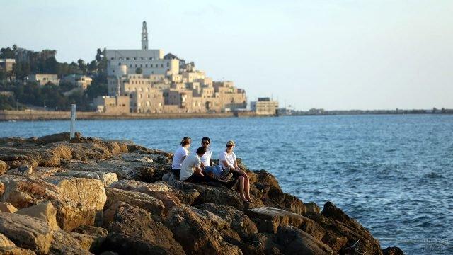Туристы на утёсе у Мёртвого моря