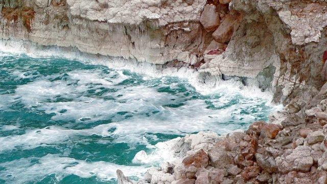 Волны Мёртвого моря у скалистого берега