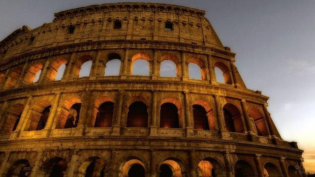 Фасад римского Колизея поздним вечером