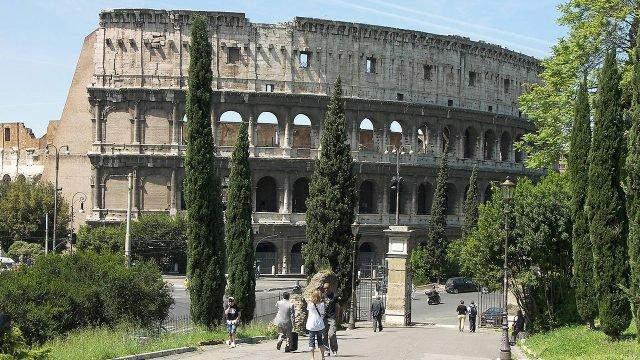 Летняя алллея в Риме с воротами к Колизею