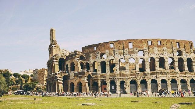 Панорама Колизея в Риме в летний день