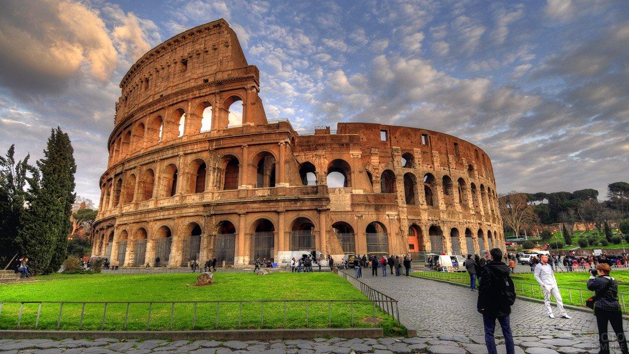 Панорама римского Колизея в облачный день