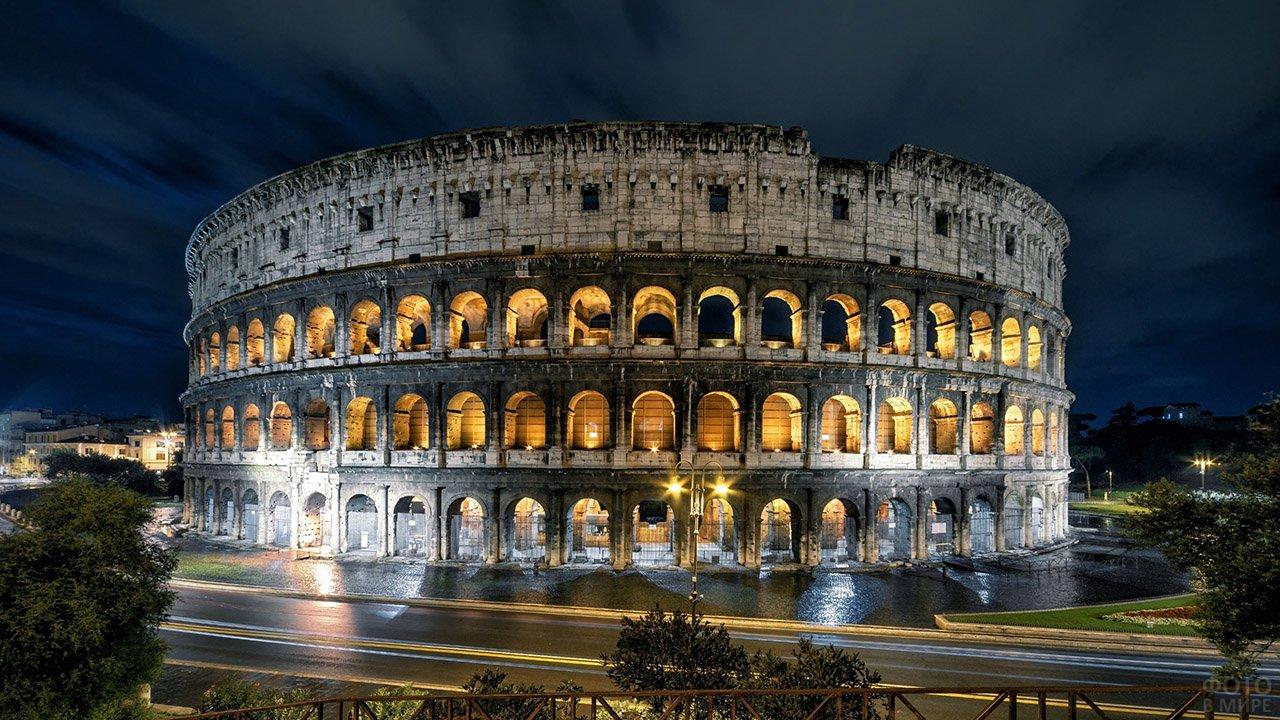 Роскошная ночная панорама Колизея в Риме